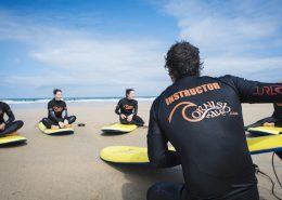 surf-coach-explains-surfing-on-beach