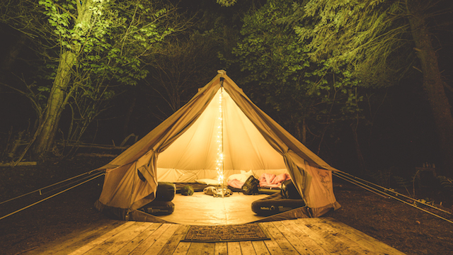 bell-tent-woodland-campi-night-fairylights
